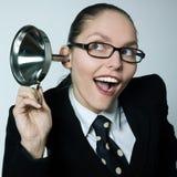 Klatschmädchen-Neugierfrau, die neugieriges Hörgerät ausspioniert stockfotografie