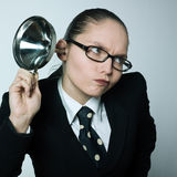 Klatschmädchen-Neugierfrau, die neugieriges Hörgerät ausspioniert stockfoto