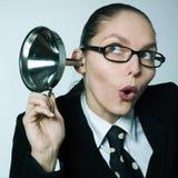 Klatschmädchen-Neugierfrau, die neugieriges Hörgerät ausspioniert Lizenzfreies Stockfoto
