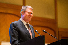 Klaus Iohannis, presidente de Rumania, sonriendo fotos de archivo