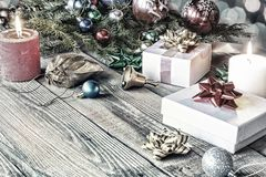 klaus santa för frost för påsekortjul sky lantligt trä, bakgrund, träd, stearinljus, beröm, girland, boll, dekor, gran, gåva, fer royaltyfri bild