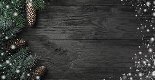 klaus santa för frost för påsekortjul sky Svart wood bakgrund med filialer och grankottar i sidan, bästa sikt Xmas-hälsningkort m arkivfoton