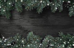 klaus santa för frost för påsekortjul sky Svart wood bakgrund med gran förgrena sig på överkanten och botten Top beskådar Xmas-hä fotografering för bildbyråer