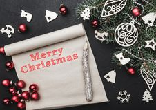 klaus santa för frost för påsekortjul sky Xmas-bokstav för Santa Claus Ett granträd som dekoreras med leksaker Utrymme för text T arkivfoton
