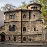 Klausen犹太教堂在布拉格在秋天 免版税库存图片