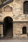Klausen犹太教堂的入口在布拉格在秋天 库存照片