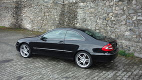 Klausenburg Napoca/Rumänien 7. April 2017: Coupé Mercedes Benzs W209 - Jahr 2005, Eleganzausrüstung, 19-Zoll-Räder, Profilansicht Lizenzfreie Stockbilder