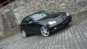 Klausenburg Napoca/Rumänien 7. April 2017: Coupé Mercedes Benzs W209 - Jahr 2005, Eleganzausrüstung, 19-Zoll-Räder, Profilansicht Stockfotografie