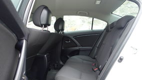 Klausenburg Napoca/Rumänien - 9. Mai 2017: Jahr 2010, volle Wahlausrüstung, Fotosession, hintere Beifahrersitze Toyotas Avensis- Lizenzfreie Stockfotografie