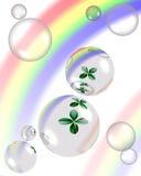 Klaver en bellen met regenboogbezinning Stock Afbeeldingen