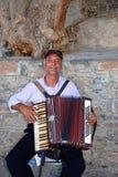 Klavier-Akkordeonspieler, Agios Nikolaos Lizenzfreie Stockfotografie