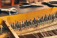 Klavier bauen auseinander lizenzfreie stockbilder