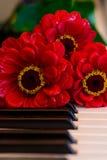 Klavier befestigt Blumenstrauß Stockbild