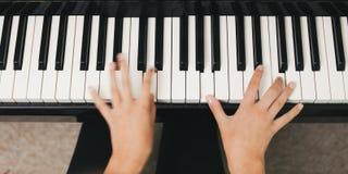 Klavier, das Detail spielt stockfotografie