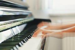 Klavier, das Detail spielt lizenzfreie stockbilder