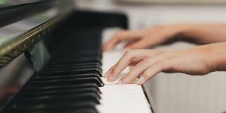 Klavier, das Detail spielt lizenzfreie stockfotografie