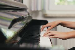 Klavier, das Detail spielt stockbild