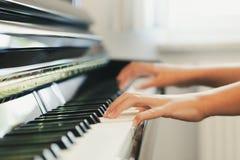 Klavier, das Detail spielt stockbilder