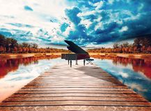 Klavier in der Natur lizenzfreies stockbild
