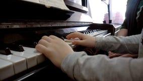 Klavier, Handpianist, der Musik spielt stock footage