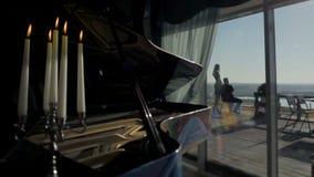 Klavier im Hallenrestaurant stock video footage