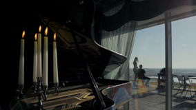 Klavier im Hallenrestaurant stock footage
