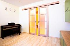 Klavier im modernen Raum stockfotografie