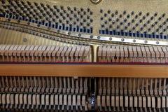 Klavier innerhalb der hölzernen Hämmer der Schnüre und anderer musikalischer Details, auf das Vorlagentunerklavier wartend lizenzfreies stockfoto