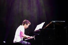 Klavier-Knall Zade Dirani mit Orchester führt bei Bahrain durch Stockfotos