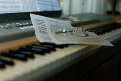 Klavier mit Anmerkungen und Gläsern Lizenzfreies Stockbild