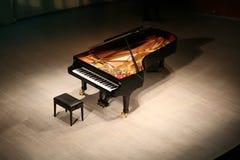 Klavier mit Blumenstrauß der Blumen Stockfotos