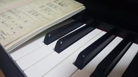 Klavier mit einem Buch Stockfoto