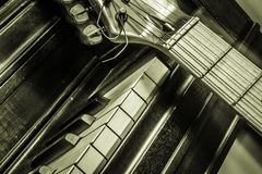 Klavier mit Gitarre Lizenzfreie Stockfotos
