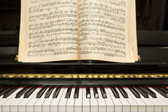 Klavier mit Musikbuch Lizenzfreie Stockbilder