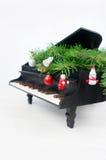 Klavier mit Weihnachtsdekorationen Lizenzfreie Stockbilder