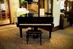 Klavier mitten in massivem Aufenthaltsraum stockfotos