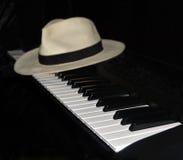 Klavier-Spieler macht eine Pause - Panama-Hut lizenzfreie stockbilder