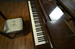 Klavier-Tastatur und Stuhl Lizenzfreie Stockfotos