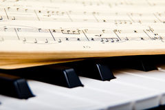 Klavier und alte Musikanmerkungen Stockbilder
