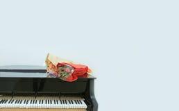 Klavier- und Blumenblumenstrauß Stockfotografie