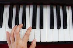 Klavier und Hand Stockfotos
