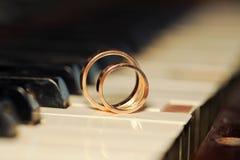 Klavier und Ringe Stockbilder