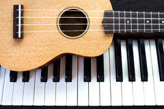 Klavier und Ukulele Stockfotos