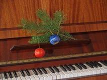 Klavier und Zweig der Kiefer und der Kugeln Stockfotos