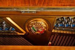 Klavierdetail eines alten deutschen Klaviers Stockfotos