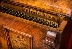 Klavierdetail eines alten deutschen Klaviers Stockbild