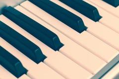Klavierschlüssel, synth Nahaufnahme, Hintergrund, getont lizenzfreie stockfotos