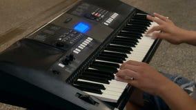 Klavierstraßen-Musiknahaufnahme stock video footage