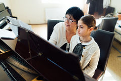 Klavierstunden an der Musikschule Stockfotos