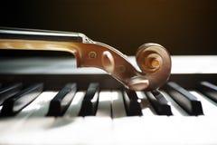 Klaviertastatur mit Violine stockbilder